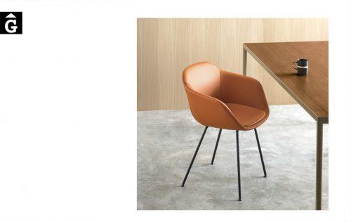 Cadira entapissada pell Taia amb 4 potes metall | Inclass cadires tamborets i taules | mobles Gifreu