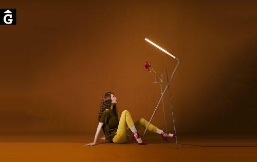 Làmpada de peu Asana | Imatge amb model estirada | mobles i altres elements de qualitat | Punt mobles | mobles Gifreu | Distribuïdor oficial Girona