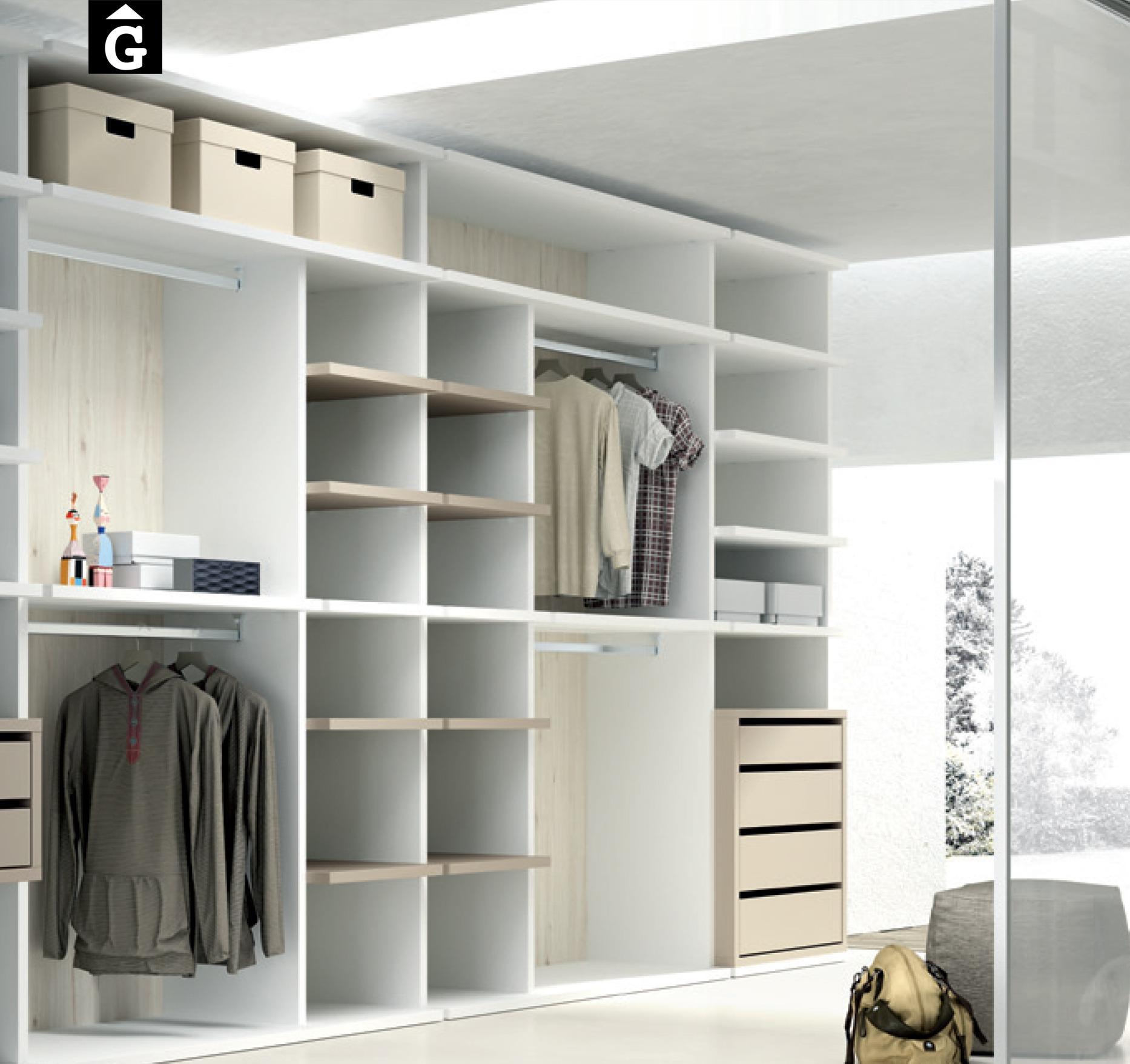 Vestidors amb divisions verticals de fusta