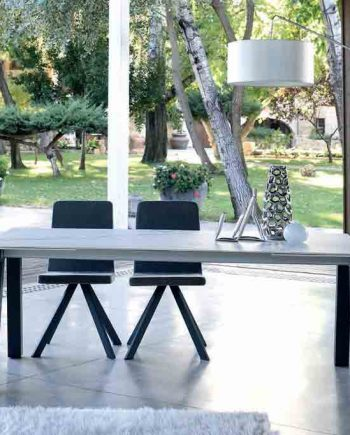 Taula-menjador-Nordic-Plus-extensible-tancada-ambientada-Pure-Designs-mobles-Gifreu