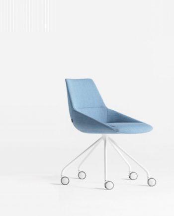 Cadira amb rodes Dunas XS Important entapisada amb teixit blau Inclass mobles Gifreu