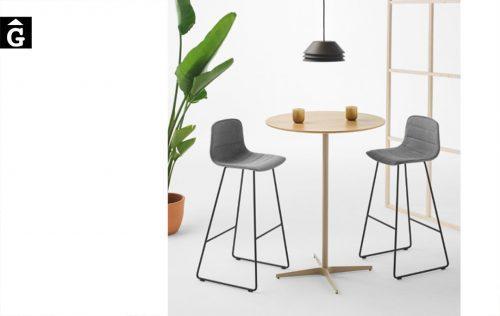 Tamboret Varya entapissat amb costures horitzontals | Inclass cadires tamborets i taules | mobles Gifreu