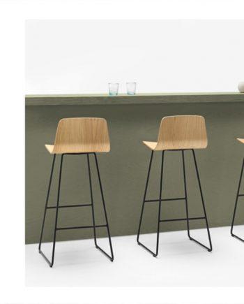 Tamborets Varya Wood potes metàliques típus patí | Inclass cadires tamborets i taules | mobles Gifreu