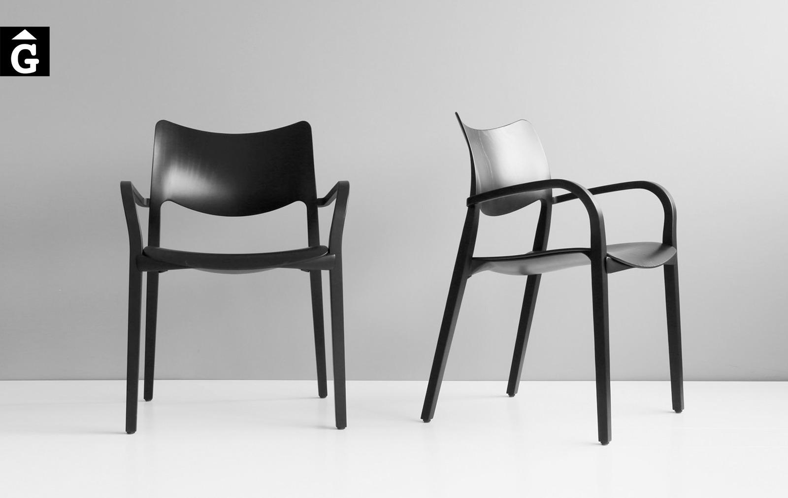 Cadira Laclásica amb braços fusta i lleugera alhora Stua selecció Gifreu mobles Girona