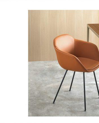 Cadira entapissada pell Taia amb 4 potes metall   Inclass cadires tamborets i taules   mobles Gifreu