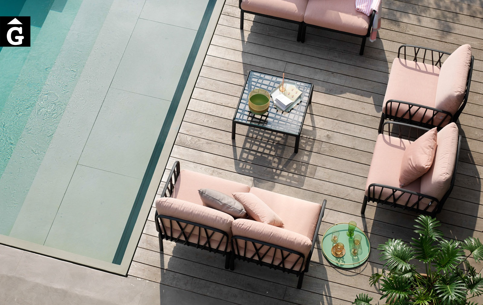 Sofà Komodo Antracita i Rosa Quars | Nardi | mobiliari d'exterior amb disseny i a preus molt competitius | Premiat amb el Good Design Award de Xicago i amb German Design Awards 2020