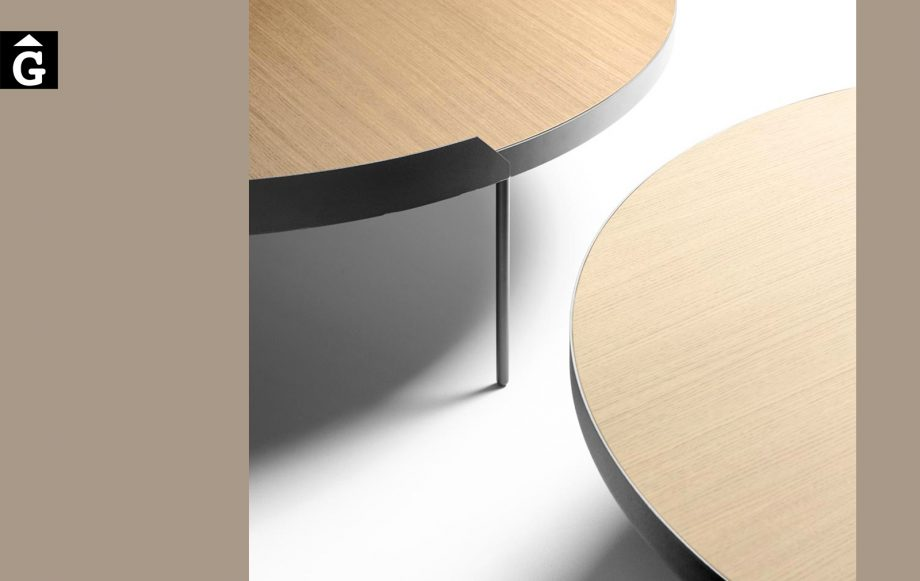 Taules de centre Gau detall canto metàlic gruixut | Taules de centre rodones Gau dissenyades a quatre mans per Silvia Ceñal e Ibon Arrizabalaga | Treku | mobles contemporanis amb tradició | mobles Gifreu